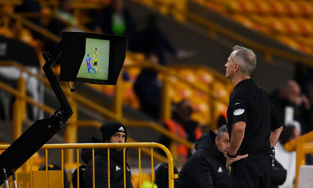 Arbitrul englez Martin Atkinson, folosind sistemul VAR în timpul meciului Wolves - Crystal Palace / Foto: Getty Images