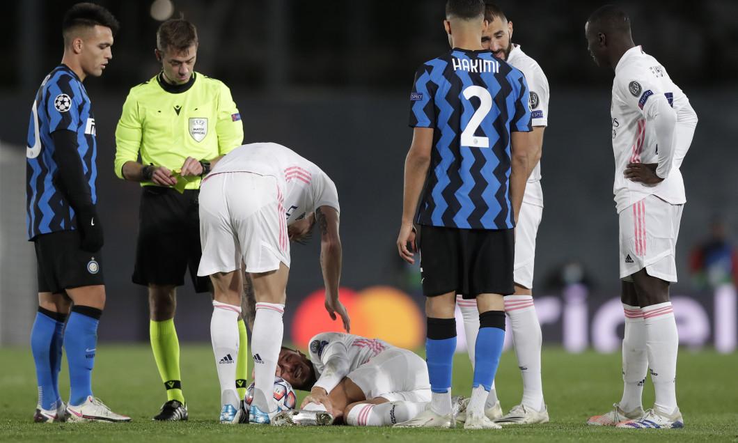 Eden Hazard, după ce a fost faultat de Marcelo Brozovic în meciul Real Madrid - Inter / Foto: Getty Images