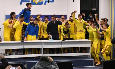 Adrian Mutu și fotbaliștii naționalei de tineret, după obținerea calificării la Euro / Foto: Sport Pictures