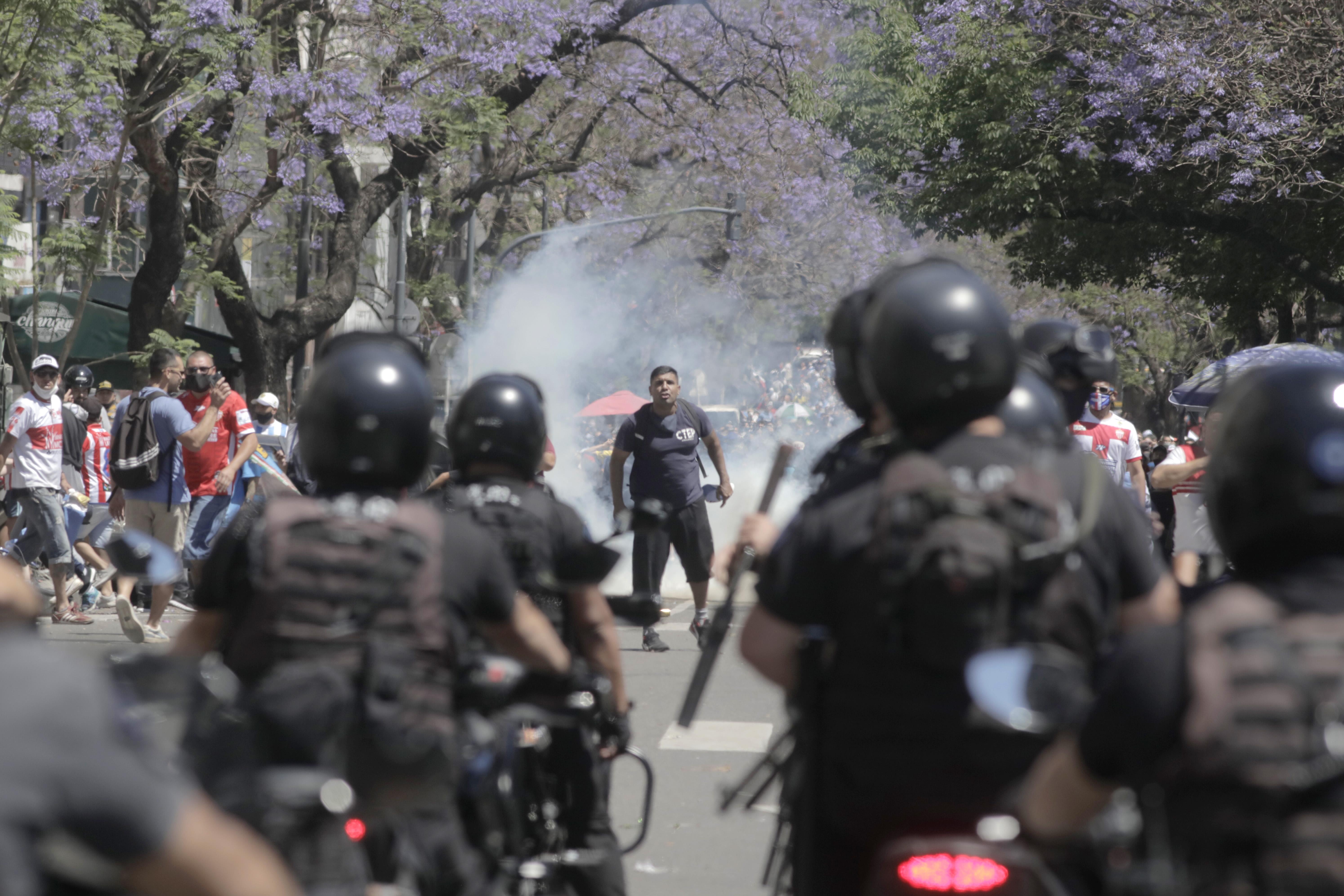 Haos generalizat în Argentina: înmormântarea lui Diego Maradona a fost suspendată, după ce poliția a intervenit în forță