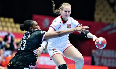 Marketa Jerabkova, în duel cu Kaba Gassama Cissokho, în meciul Cehia - Spania / Foto: Profimedia