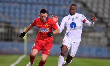 Dumitru Cardoso și Olimpiu Moruțan, într-un meci Gaz Metan - FCSB / Foto: Sport Pictures