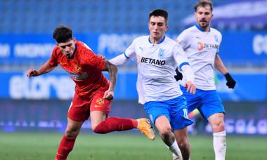 Ștefan Vlădoiu, în duel cu Florinel Coman, în timpul meciului Universitatea Craiova - FCSB 0-2 / Foto: Sport Pictures