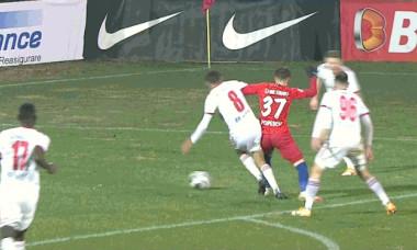 Momentul în care Octavian Popescu este doborât în careu de Gabriel Vașvari / Foto: Captură Digi Sport