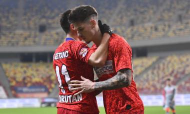 Dennis Man și Olimpiu Moruțan, în meciul FCSB - UTA Arad / Foto: Sport Pictures