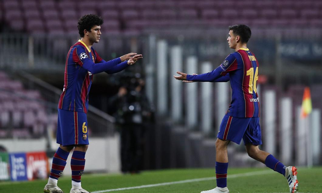 Carles Alena și Pedri, în meciul Barcelona - Dinamo Kiev / Foto: Getty Images