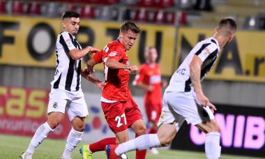 Darius Olaru, în duel cu George Merloi, în meciul Astra - FCSB 0-3 / Foto: Sport Pictures