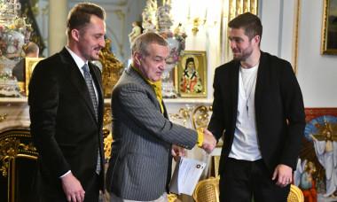 Bogdan Apostu, Gigi Becali și Sergiu Buș, după transferul atacantului la FCSB / Foto: Sport Pictures