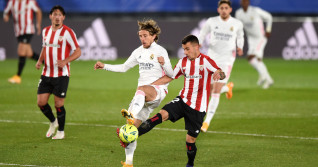 Luka Modric și Gaizka Larrazabal, în meciul Real Madrid - Athletic Bilbao / Foto: Getty Images