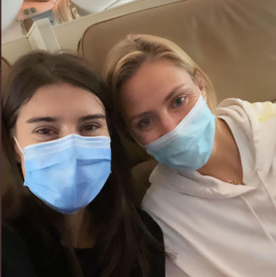 Sorana Cîrstea și Angelique Kerber, în avionul cu care au călătorit la Melbourne / Foto: Instagram@soranacirstea
