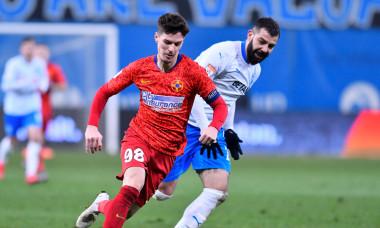 Marius Constantin, în duel cu Dennis Man în meciul Universitatea Craiova - FCSB / Foto: Sport Pictures