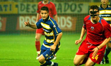 Ianis Zicu, în duel cu Sorin Ghionea, în meciul Parma - FCSB, din 2004 / Foto: Sport Pictures