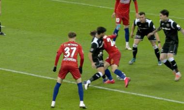 Momentul în care Darius Olaru este doborât în careu de Juan Passaglia / Foto: Captură Digi Sport