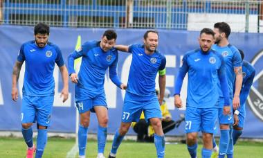 Eugen Cebotaru, alături de coechiperii de la Academica Clinceni, într-un meci cu Sepsi / Foto: Sport Pictures