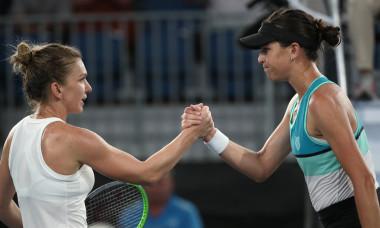 Simona Halep și Ajla Tomljanovic, după ultima confruntare directă, din 2020, de la Adelaide / Foto: Getty Images