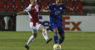 Nicolae Stanciu și Youri Tielemans, în meciul Slavia Praga - Leicester / Foto: Profimedia