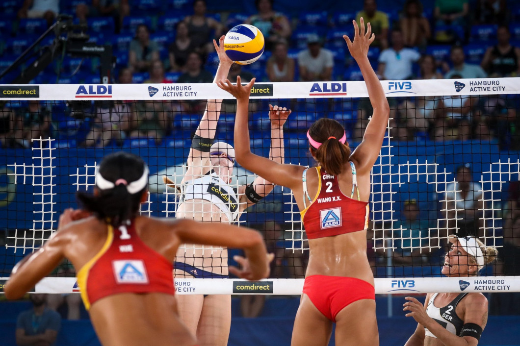 Hamburg, Germany. 29th June, 2019. Beach Volleyball, World Championship, in Rothenbaum Stadium: Preliminary round Women, Borger/Sude (Germany) - Xue/Wang (China). Karla Borger (r) and Julia Sude (2nd from left) in action against Chen Xue (l) and Xinxin Wa