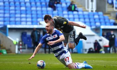 Momentul în care George Pușcaș este faultat în careu în meciul Reading - Sheffield Wednesday / Foto: Getty Images