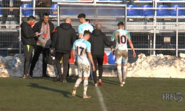 Octavian Popescu a ieșit de pe gazon după un contact dur cu Valentin Bărbulescu / Foto: Captură Digi Sport