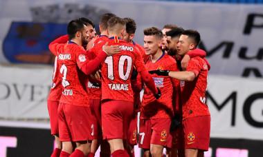 Fotbaliștii de la FCSB, într-un meci cu Gaz Metan Mediaș / Foto: Sport Pictures