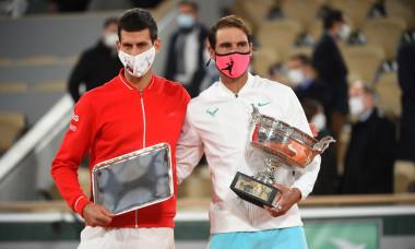 Rafael Nadal et Iga Swiatek savourent leurs victoires respectives ŕ l'issue du tournoi de tennis de Roland Garros ŕ Paris