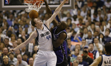 Webber dunks on Bradley