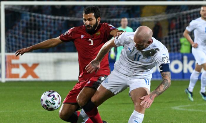 Artak Grigoryan și Aron Gunnarsson, în meciul Armenia - Islanda / Foto: Profimedia