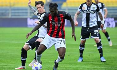 Franck Kessie și Dennis Man, în meciul AC Milan - Parma / Foto: Profimedia