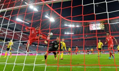 Allianz Arena Munich Germany 30.09.20, Football: German SUPERCUP FINALE 2020/2021, FC Bayern Muenchen (FCB, red) vs Borussia Dortmund (BVB, yellow) 3:2 goal 1:0, Corentin Tolisso (Bayern Mnchen) against goalkeeper Marwin Hitz (Borussia Dortmund)Foto