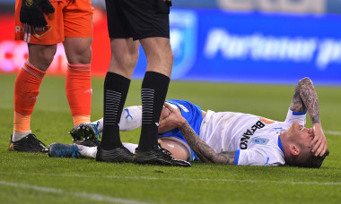 Alexandru Cicâldău, după intrarea dură a lui Marius Ștefănescu din Craiova - Sepsi / Foto: Sport Pictures