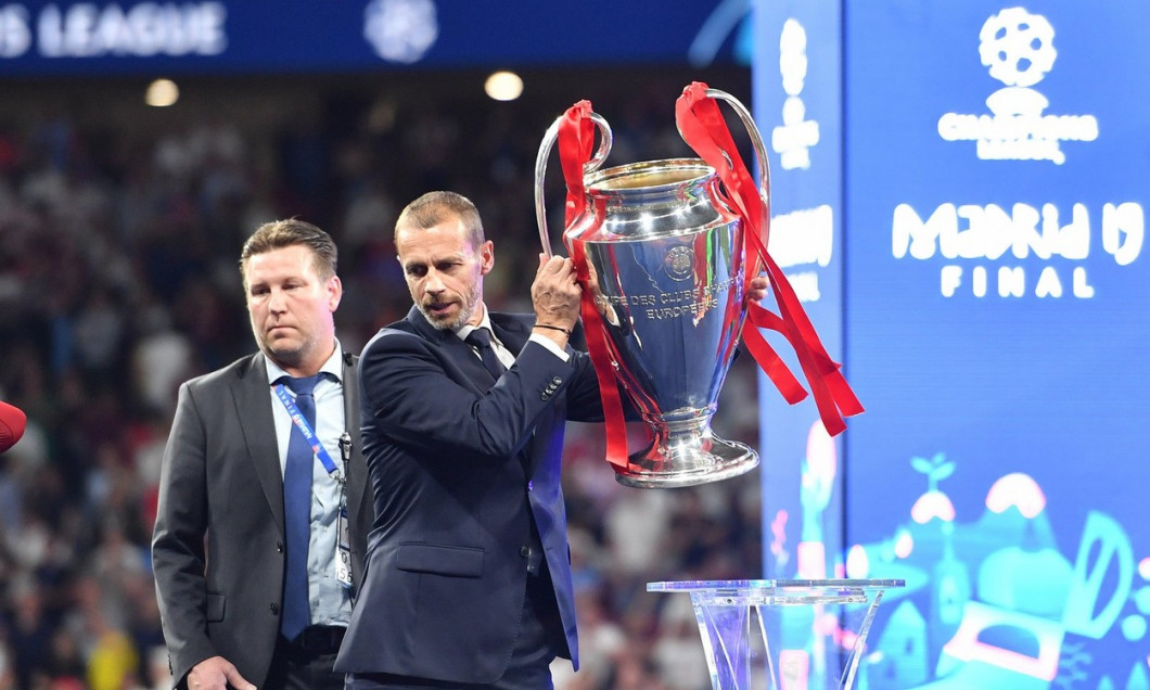 Madrid, Spanien. 01st June, 2019. Aleksander Ceferin (Uefa President) lifts the cup, cup, trophy. Awards ceremony. Football Champions League Final 2019/Tottenham Hotspur-Liverpool FC 0-2, Season2018/19, at 01.06.2019, Stadium Wanda Metropolitano. | usage