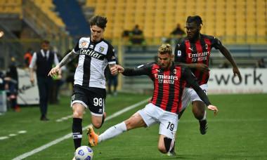 Dennis Man, în duel cu Theo Hernandez în meciul Parma - AC Milan / Foto: Profimedia