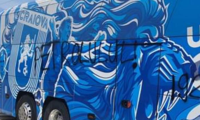 Autocarul Universității Craiova, vandalizat la Ploiești / Foto: Oltenia TV