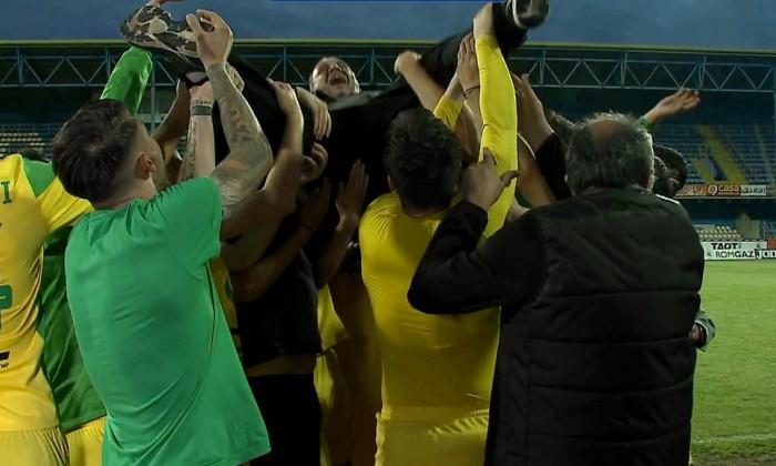 Alexandru Pelici, purtat pe brațe de jucători după obținerea promovării / Foto: Captură Digi Sport