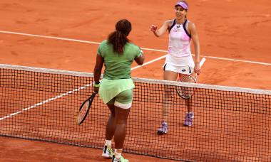 Serena Williams și Mihaela Buzărnescu, la finalul confruntării directe de la Roland Garros / Foto: Getty Images