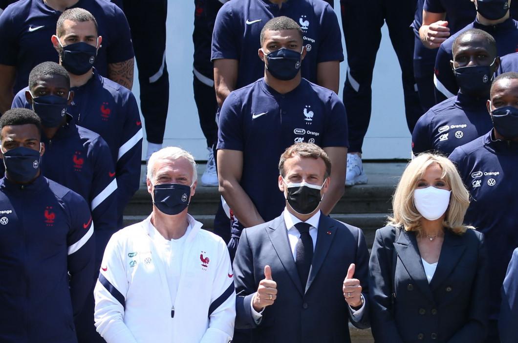 A quelques jours du coup d'envoi du championnat d'Europe de football, le président de la République française, Emmanuel Macron, et sa femme la Premičre Dame Brigitte Macron rencontrent les joueurs de l'équipe de France ŕ Clairefontaine