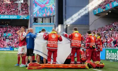 Intervenția medicilor, în timpul meciului Danemarca - Finlanda de la EURO 2020 / Foto: Getty Images