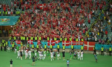 Fotbaliștii Danemarcei, alături de suporteri după victoria cu Cehia de la EURO 2020 / Foto: Getty Images