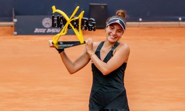 Gabriela Ruse, alături de trofeul cucerit la Hamburg / Foto: Profimedia