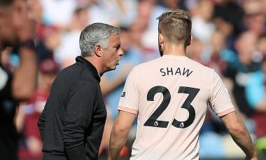 Jose Mourinho și Luke Shaw, în timpul unui meci Manchester United - West Ham United / Foto: Getty Images