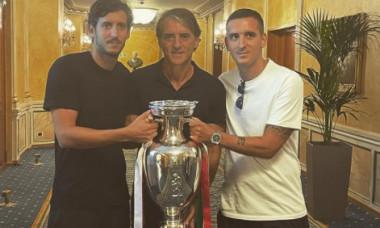 Filippo, Roberto și Andrea Mancini, cu trofeul EURO 2020 / Foto: Instagram@manciojr_