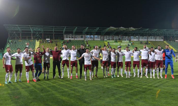 Fotbaliștii Rapidului, alături de Mihai Iosif, salutând suporterii după meciul cu CS Mioveni / Foto: Sport Pictures