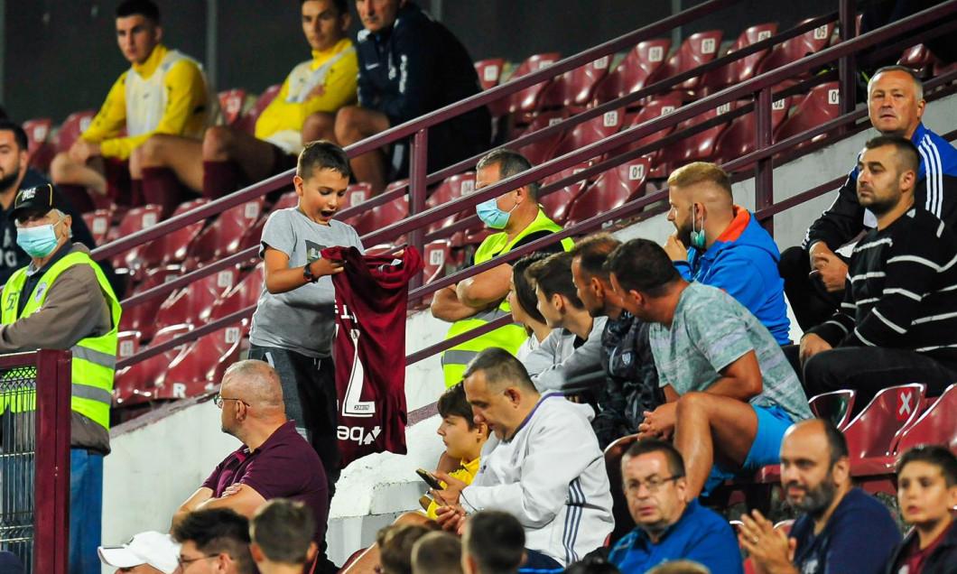 Denis Alibec i-a oferit tricoul unui copil după CFR Cluj - Chindia / Foto: Facebook@cfr1907