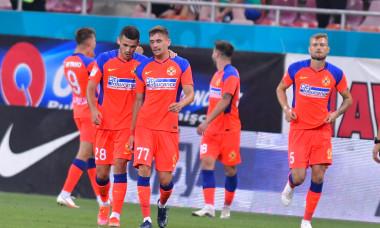Sorin Șerban, fundașul stânga de la FCSB, într-un meci cu Universitatea Craiova / Foto: Sport Pictures