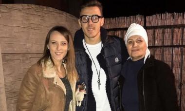 Răzvan Oaidă, alături de sora și mama sa / Foto: Instagram@oaidarazvan26