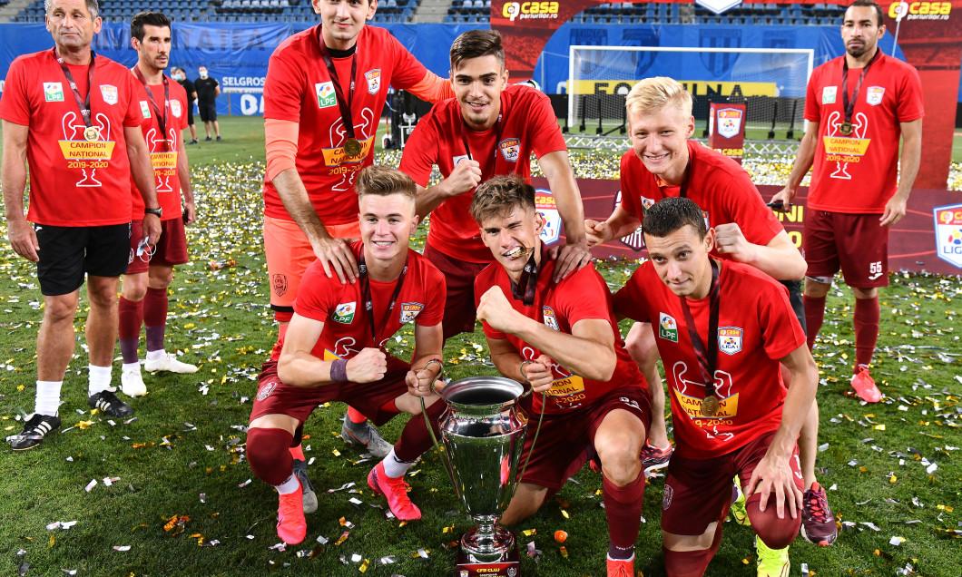 Otto Hindrich, alături de jucătorii CFR-ului la sărbătoarea de câștigare a titlului din 2020 / Foto: Sport Pictures