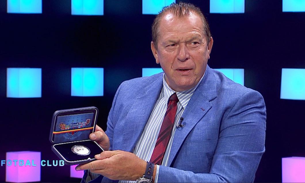 Helmut Duckadam și medalia primită de la CSA Steaua / Foto: Captură Digi Sport