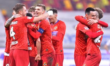 Andrei Miron, alături de coechipierii de la FCSB într-un meci cu CFR Cluj / Foto: Sport Pictures