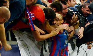 Claudiu Keșeru, sărbătorind alături de suporterii de la FCSB un gol marcat într-un meci cu Dinamo / Foto: Sport Pictures