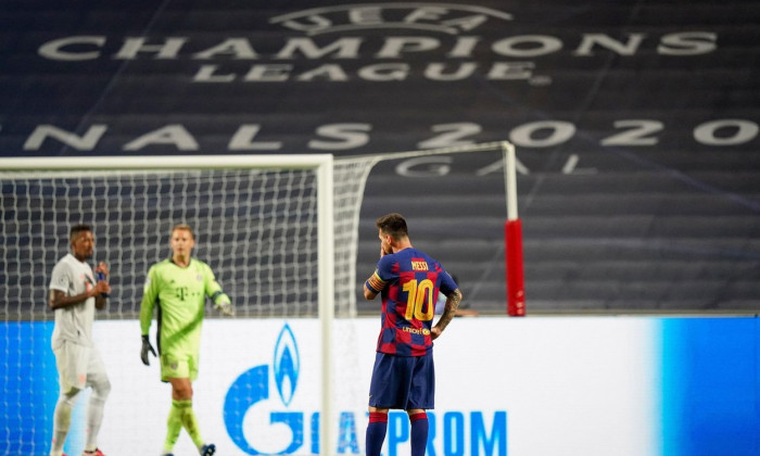 firo Champions League 08/14/2020 1/4 final, quarter final, knockout match FC Bayern Munich, Muenchen, Munich - FC Barcelona. Lionel Messi, whole figure, disappointment, disappointed, frustrated, symbolic image, from behind Photographer: Peter Schatz/Pool/
